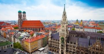 Vogelperspektive auf den Marienplatz, die Frauenkirche und andere bekannte Gebäude in München