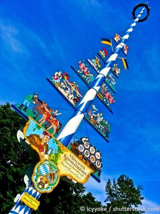 ein Maibaum nach typisch bayrischer Art auf dem Münchner Viktualienmarkt