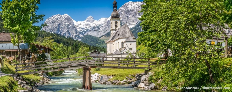 typische bayrische Landschaft mit Alpenpanorama