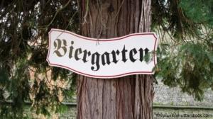 Schild mit Biergarten Schriftzug